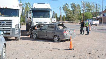 El Chevrolet Corsa terminó chocando de frente contra dos camiones estacionados.