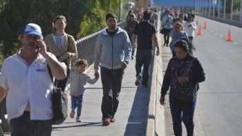 Miles de personas se vieron obligadas a caminar para cruzar los puentes.