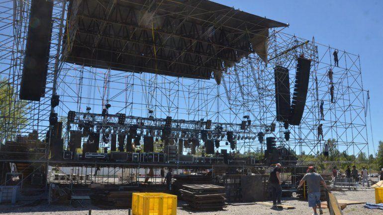 Los operarios trabajaron ayer para dejar listo el escenario mayor para los conciertos de la noche inaugural de la Fiesta de la Confluencia.