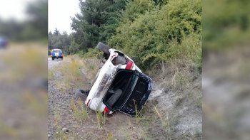 Un taxista resultó herido al volcar en la Ruta 40