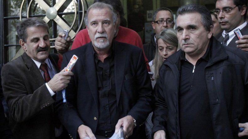Omar Plaini banca al camionero mientras que Héctor Daer se despega.
