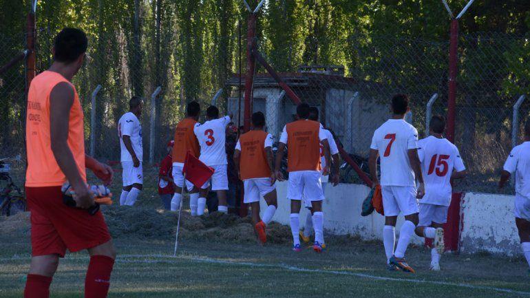 Los jugadores confrontaron con los hinchas. La Policía actuó muy tarde.