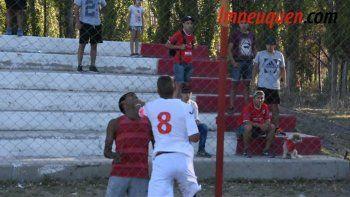 mira la pelea entre jugadores del rojo y los barras bravas