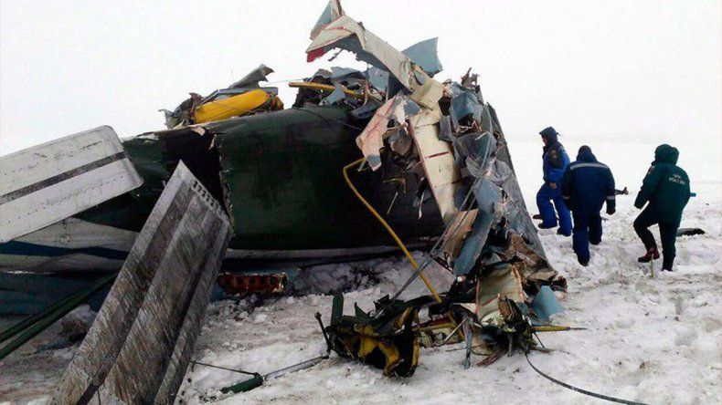 Hallan dos cajas negras del avión ruso que se estrelló y dejó 71 muertos