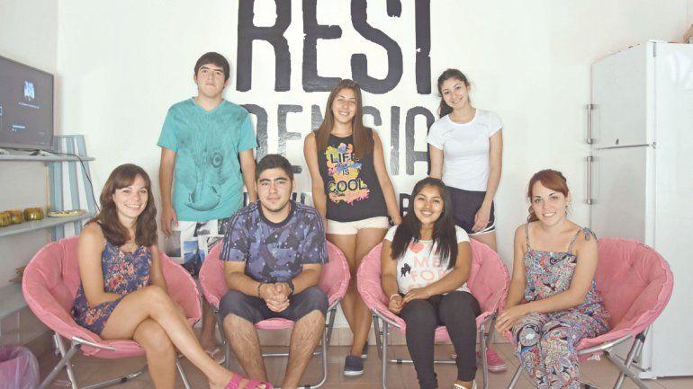 Los estudiantes junto a los voluntarias de la fundación.