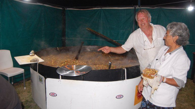 Manuel Baldi cocina su tradicional paella dentro de una olla de 250 kilos.