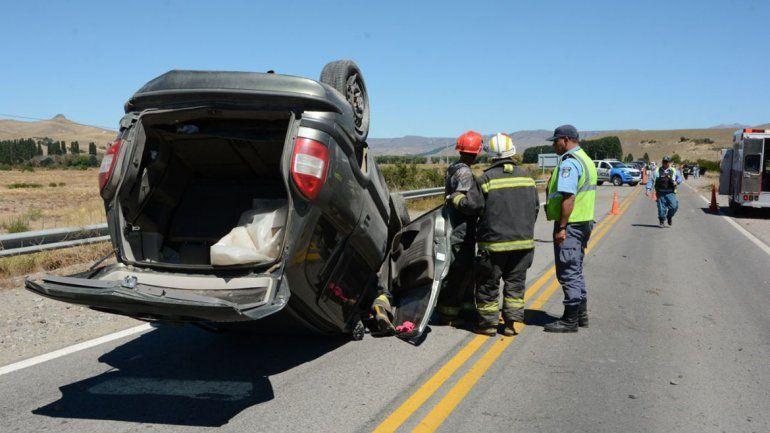 Perdió el control de su auto y terminó volcando en la Ruta 40