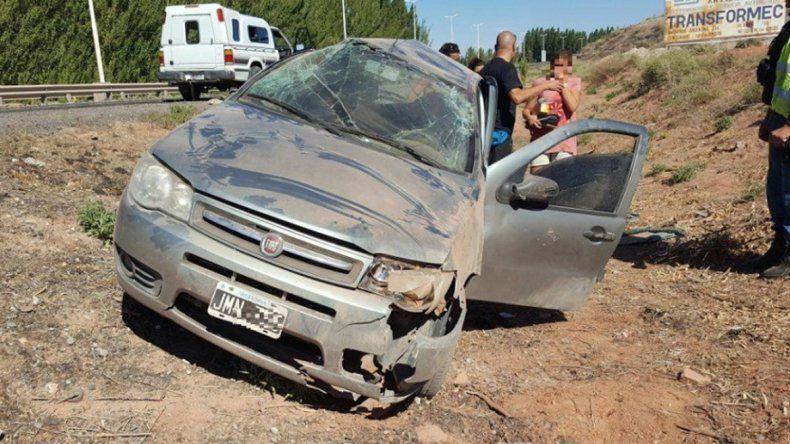 Una mujer volcó camino a Centenario pero no sufrió lesiones