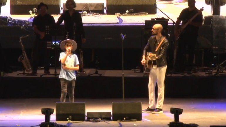 Un pibe de Cutral Co cumplió su sueño de cantar con Abel Pintos sobre el escenario y la rompió