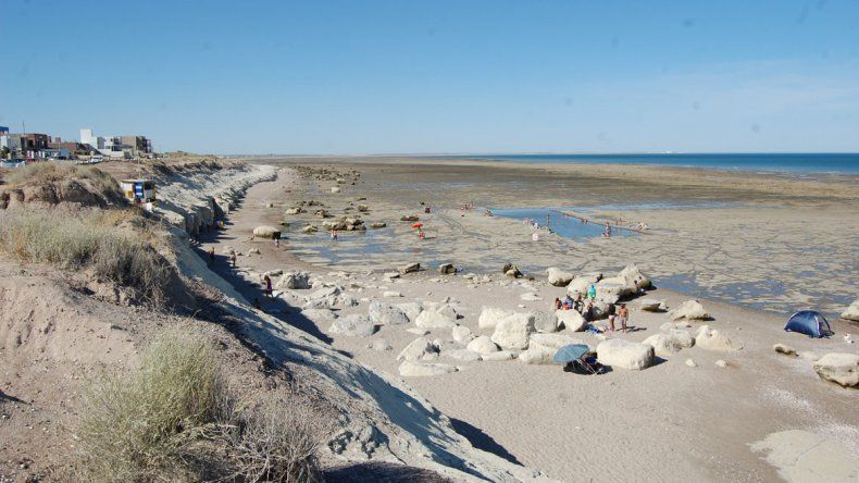 La playa aparece tras los últimos grandes médanos que siguen en pie.
