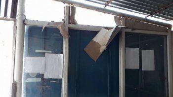 Los vándalos rompieron vidrios, persianas y robaron alimentos.
