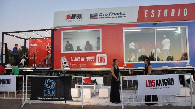 El estudio móvil surgió a partir de una propuesta que le hizo Oro Trucks a la emisora hace 15 días. Se armó en apenas una semana.