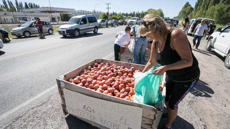 Los chacareros repartieron fruta ayer en el acceso a la Isla Jordán.