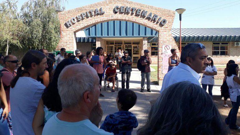 Los trabajadores del hospital realizaron una conferencia de prensa a las afueras del edificio.