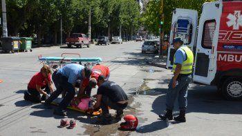 Un motociclista fracturado en un choque en pleno centro