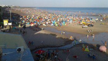 La playa se mostró poblada ante las altas temperaturas de los últimos días.