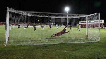 Pontet se estira pero no puede atajar el penal de Alejandro López. Fue el segundo gol de una noche triste.