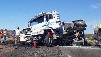 challaco: volco el remolque de un camion que transportaba asfalto