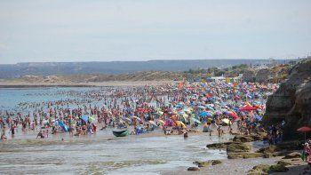 Con 37° de máxima en Las Grutas, la gente ayer se volcó a la playa.
