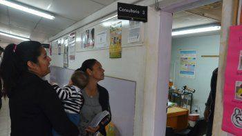 Mucha gente llega a las salitas de barrio para hacer consultas. Algunos casos son derivados a los hospitales.