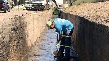 Varios operarios municipales trabajaron en el canal.
