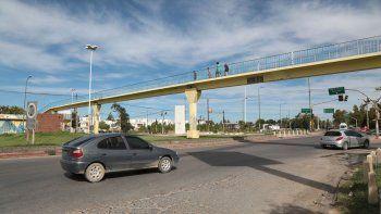 La pasarela conecta el Casco Viejo de Centenario con el barrio Sarmiento.