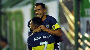 Carlos Tevez abraza a Cristian Pavón, la figura, quien le dio la asistencia en el gol de la victoria ante Banfield.