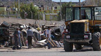 Mudan a un vecino que cortaba una calle con su basura