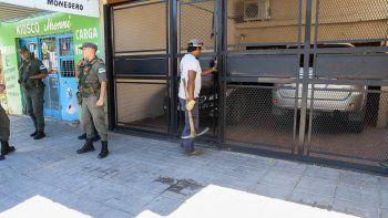El Equipo Argentino de Antropología Forense excavó ayer dos pozos en los departamentos de calle Tandil al 100.