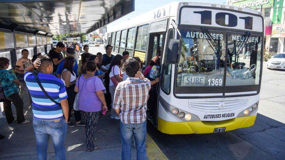 Mucha gente utiliza el colectivo como medio de transporte ante la imposibilidad de tener un vehículo para trasladarse.