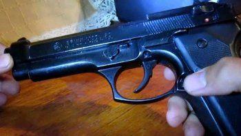 policia limpiaba su arma y baleo a un companero
