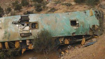 al menos 35 muertos al caer un colectivo por un abismo
