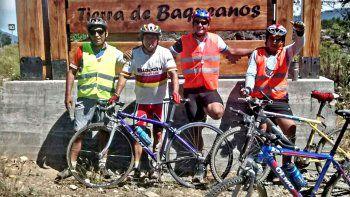 Los cuatro ciclistas cuando llegaron a la comuna chilena de Melipeuco.
