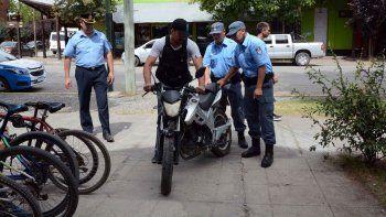 La Policía, durante el allanamiento en el que secuestraron la moto que se utilizó para cometer el robo.