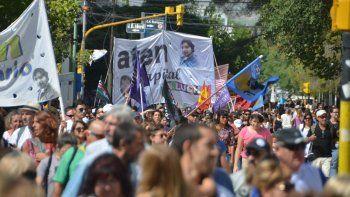 La protesta opositora en Neuquén generó una marcha con 10 cuadras de manifestantes.