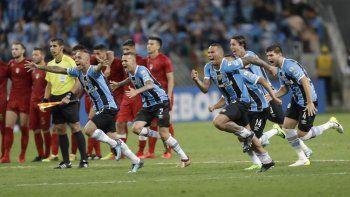 El festejo de los jugadores del Gremio y la amargura de los de Independiente por el triunfo desde los 12 pasos.