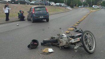 motociclista se enredo con un cable, cruzo de carril y choco