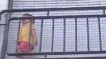 un nene quedo encerrado en el balcon del jardin