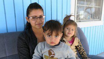 Iris Evelyn escapó de su novio pandillero junto con sus hijos, Justin y Mónica, de 2 y 5 años. Caminó y caminó hasta llegar a la frontera. Hoy la separan 20 metros de Estados Unidos.