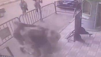 un policia atajo a un nene que se tiro del tercer piso