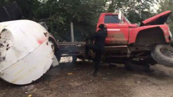 en medio del operativo, un camion hidrante perdio la direccion y volco