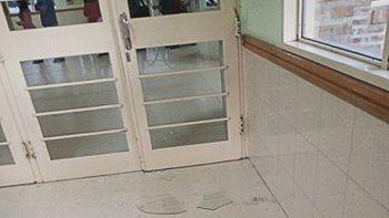 Se quedó sin turno y destrozó la puerta del hospital