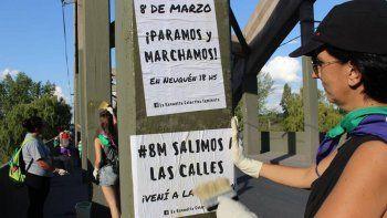 Integrantes de La Revuelta pegaron carteles para convocar al paro del 8M.