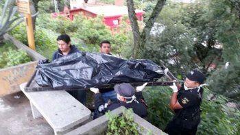 El asesino se colgó del caño de un puente de la capital jujeña.