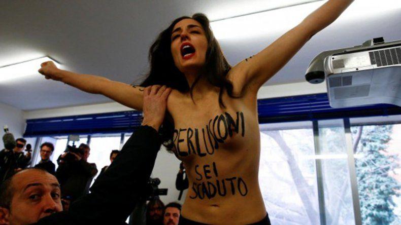 Una activista escrachó a Berlusconi cuando votaba, delante de toda la prensa: Estás acabado