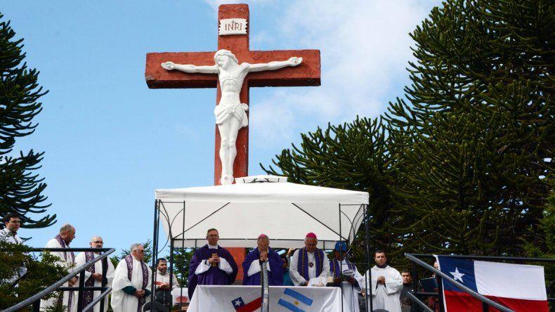 Feligreses sortearon la lluvia y participaron de la misa de Tromen