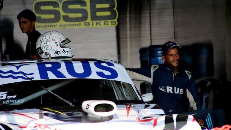 Juan María Gatito Nimo junto a su Chevrolet