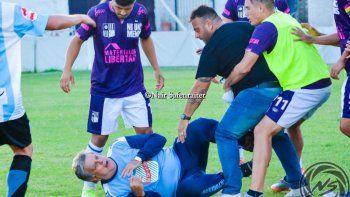 Mirá cómo le dan una golpiza a Luis Ventura en un partido del Ascenso