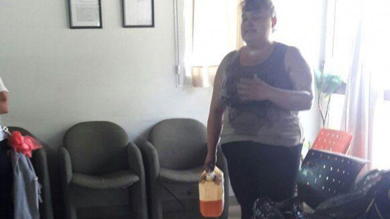 Tensión en la Muni de El Chañar: una mujer quiso prenderse fuego en reclamo laboral