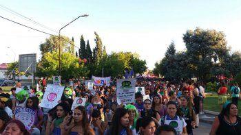 {alttext(,#8M: una multitudinaria marcha recorrió las calles neuquinas por el Paro de Mujeres)}